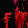 Rudá Sonja s akordeonem...